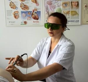 Dr Chelarescu in timpul unui tratament